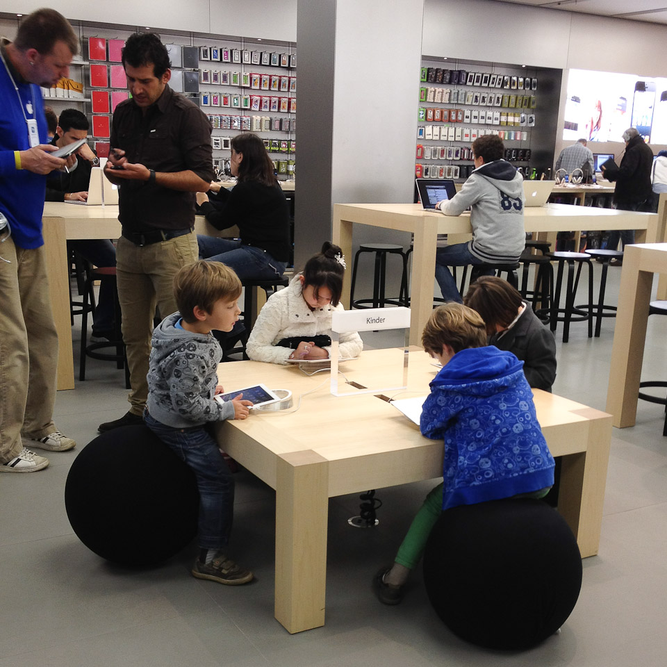 apple store wie ich f r einen termin an der bar den wecker stellte. Black Bedroom Furniture Sets. Home Design Ideas