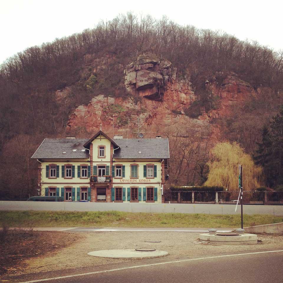 alte Häuser entlang der Elsässer Weinstraße