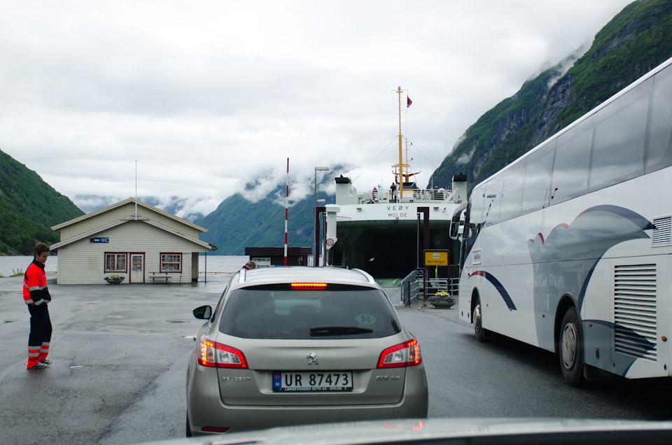 wartem vor dem Fähranleger in Norwegen