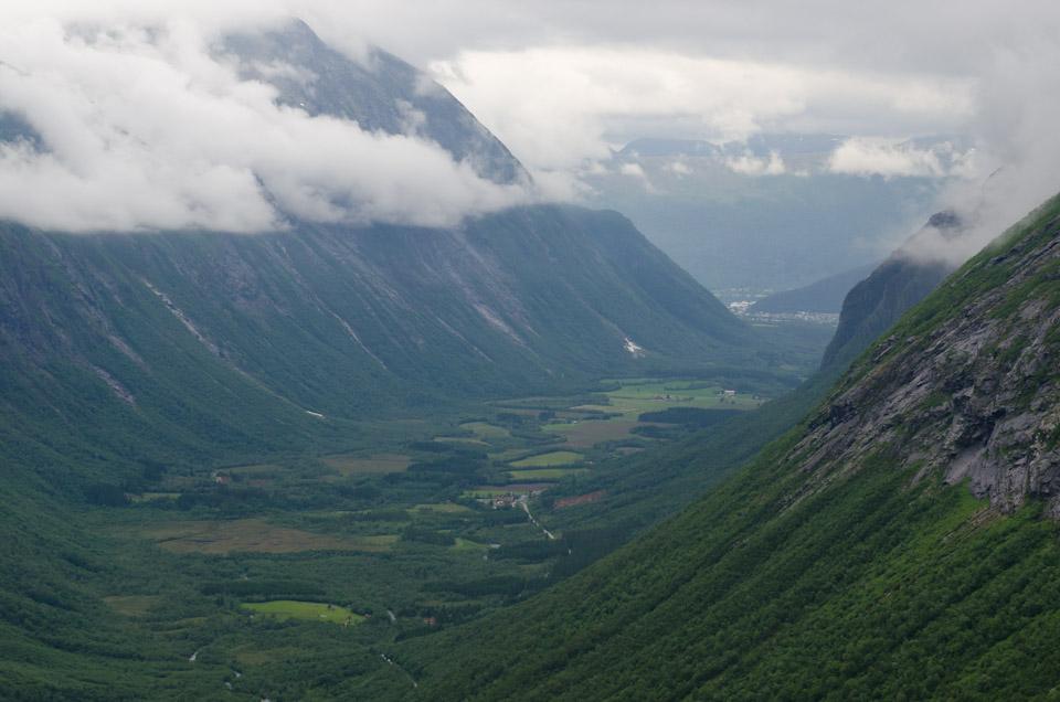Blick ins Tal vom Aussichtspunkt Trollstigen Norwegen