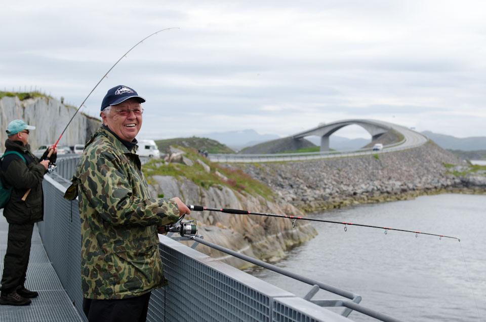 Ein Angler an der Atlantikstraße in Norwegen