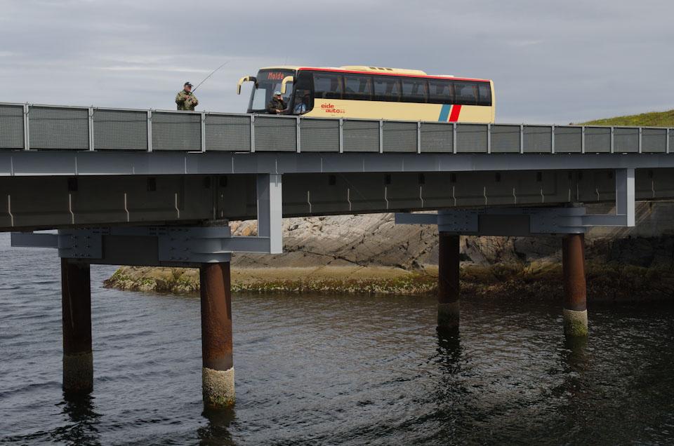 Bus auf der Atlantikstraße in Norwegen