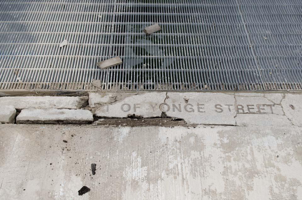 Markierung an der Yonge Street In Kanada, der vermeintlich längsten Straße der Welt
