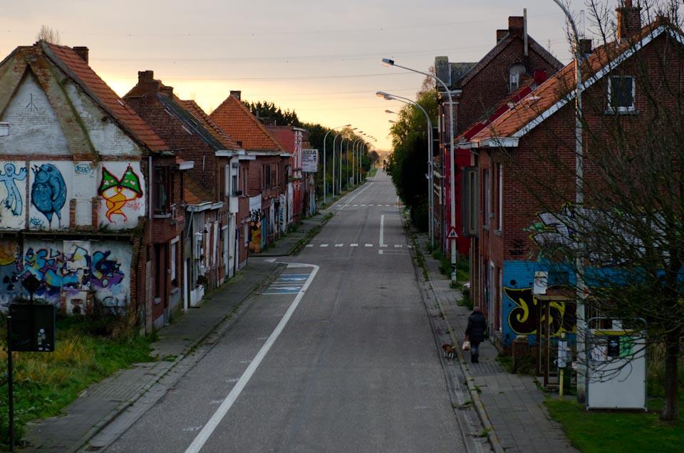 Die Hauptstraße im Geisterdorf Doel in Belgien