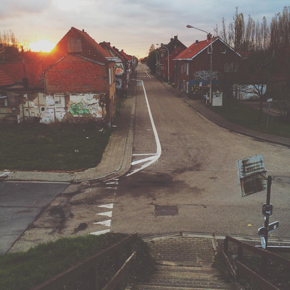 das Geisterdorf Doel in Belgien bei Sonnenuntergang