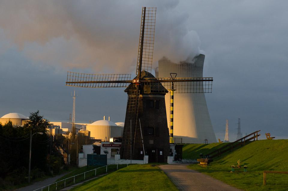 skurriles Szenario im geisterdorf Doel eine alte Mühle und ein Atomkraftwerk