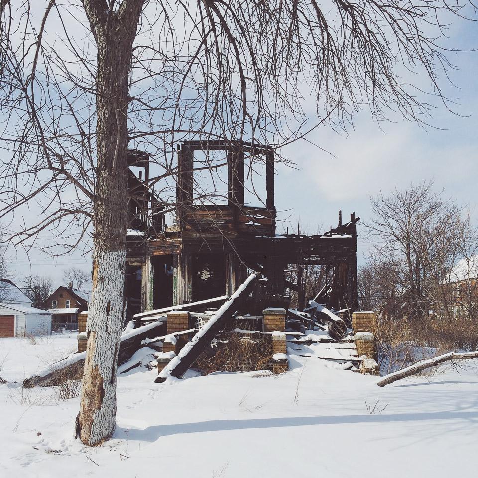 Schnee in Detroit abgebranntes Haus Ruin Porn