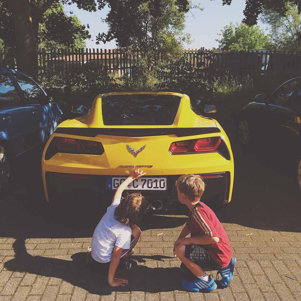 Kid sind begeistert von der Corvette C7