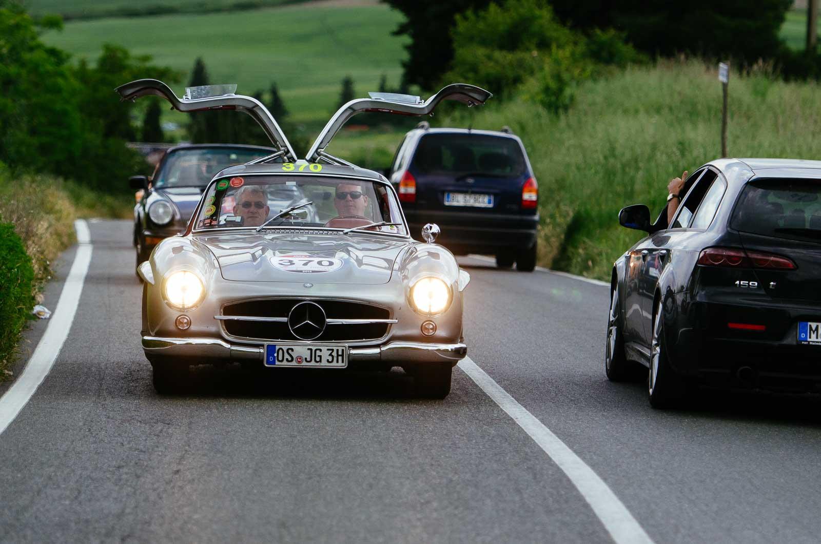 Mercedes-Benz 300 SL Flügeltürer fährt mit offenen Türen Mille Miglia