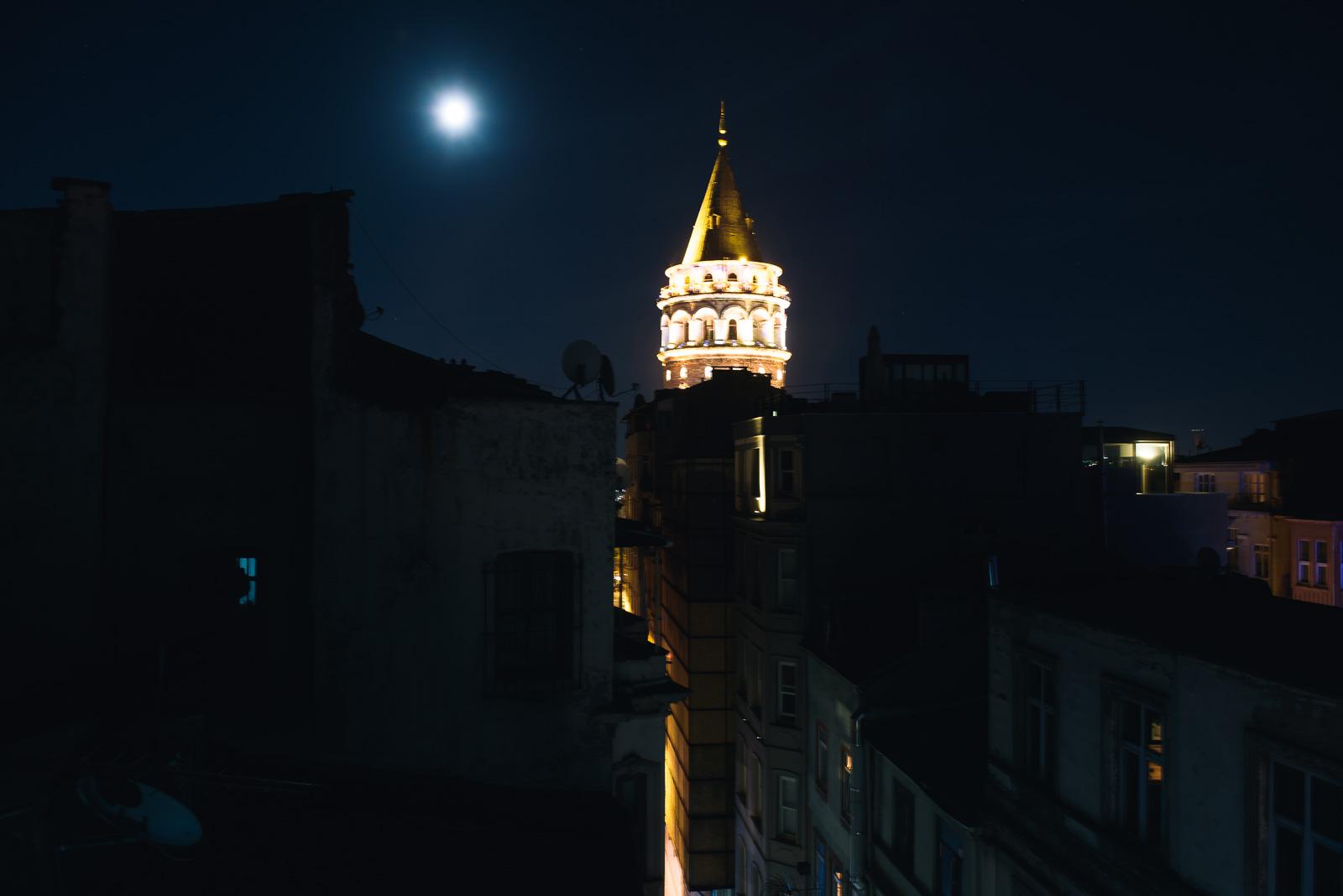 Galata Tower bei Nacht