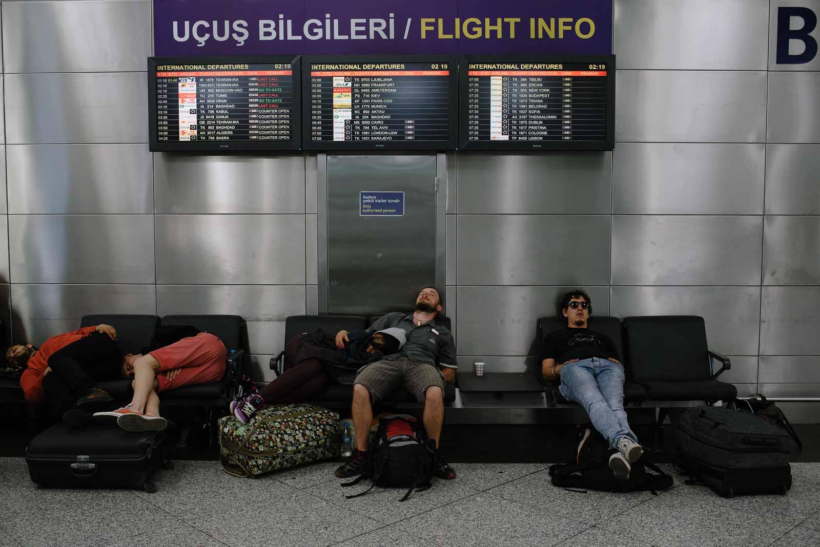 junge Leute schlafen im Terminal des Atatürk Flughafen in Istanbul