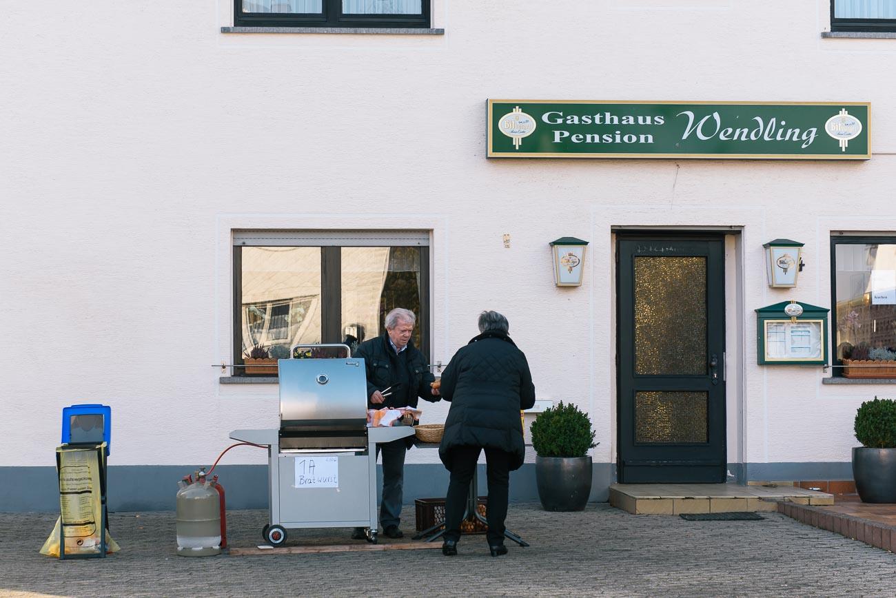 Pfiffiger Bratwurstverkäufer auf dem Weg zur Geierlay Brücke