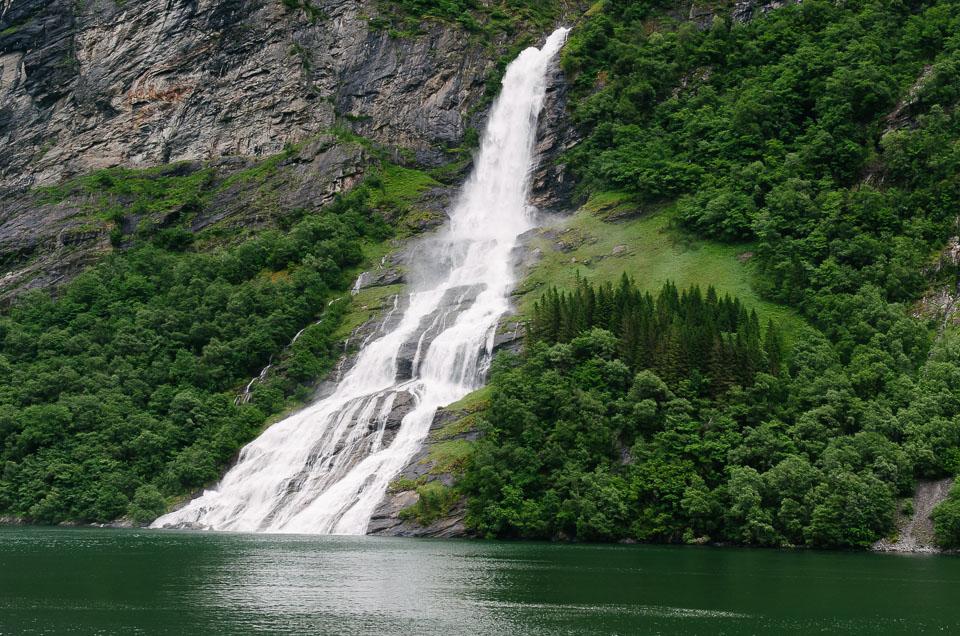 nur einer der vielen Wasserfälle am Geirangerfjord in Norwegen
