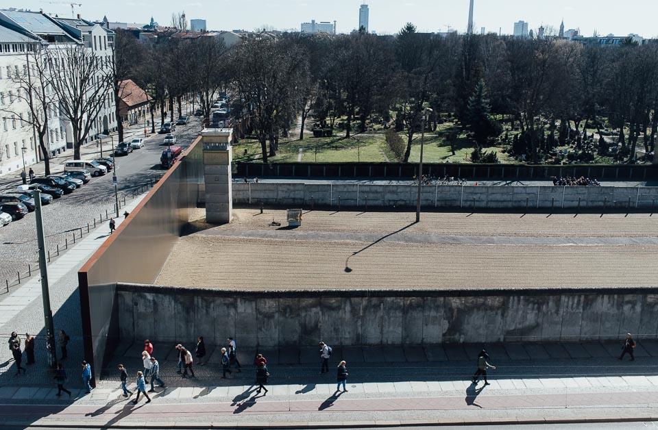 Blick auf die ehemaligen Grenzanlagen Bernauer Straße